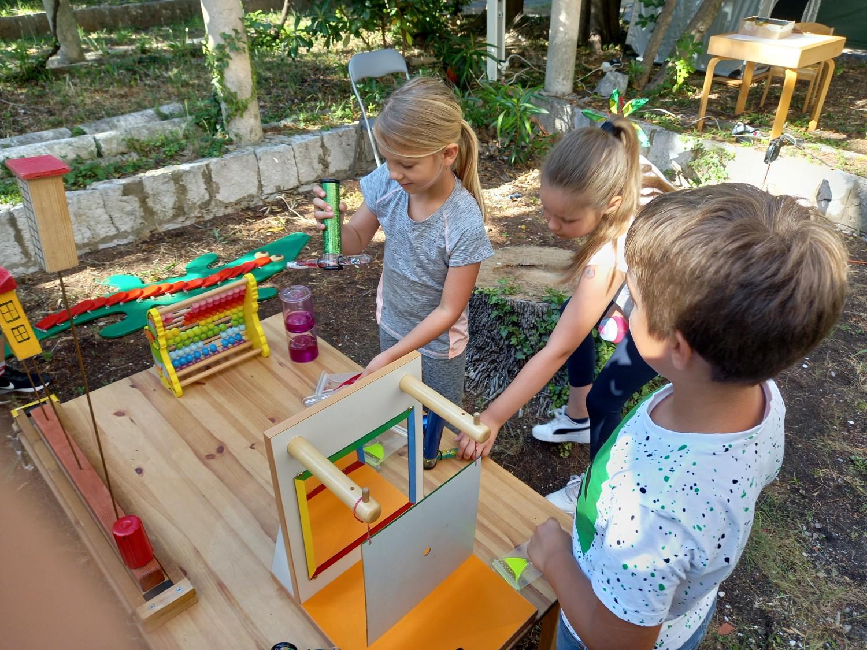dubrovačke knjižnice djeca oduševljena interaktivnom izložbom koju čine eksponati iz fizike foto izložba se može pogledati do srijede, 16. lipnja