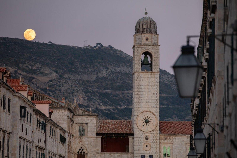 NESTVARNO! Predivan prizor: Pogledajte kako je ružičasti Supermjesec obasjao Dubrovnik FOTO Supermjesec se pojavljuje u trenutku kad je Mjesec najbliže Zemlji i u tom položaju izgleda svjetliji i veći nego inače